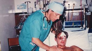 Dominic Hurley no hospital, em 1994