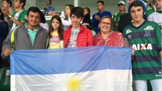 Família viajou de San Pedro, na Argentina, até Chapecó para o funeral das vítimas do voo na Colômbia