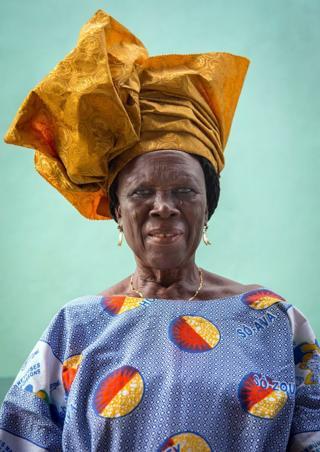 Batı Afrika'da Beninli yaşlı kadınlar geleneksel kıyafetleri içinde
