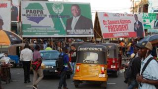 Les affiches des deux candidats au second tour à Freetown.