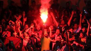 هوادران تیم پرسپولیس در مسابقه با الوحده امارات از مواد آتش زا استفاده کردند که از سوی کمیته برگزارکننده مسابقهها ممنوع اعلام شده بود