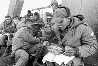 Soldados argentinos comiendo
