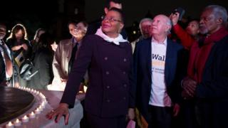 Graca Machel, di former UN Secretary-General Kofi Annan (R) and former Chile President Ricardo Lagos (C) dey waka together for di Mandela Walk Together event for Westminster, Central London, Britain on 23/10/2017.