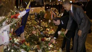 オバマ米大統領がオランド仏大統領とバタクラン・ホールに慰霊の花を手向けた(29日)