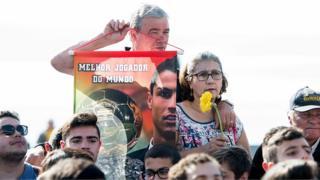 Des fans de Cristiano Ronaldo à la cérémonie de rebaptisation de l'aéroport de Madère
