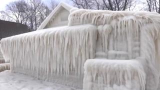 Casa coberta de gelo em Nova York