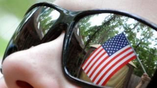 Отражение американского флага в темных очках