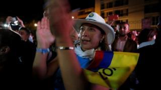 Una mujer aplaude el resultado.