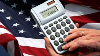 Imagen de una calculadora sobre una bandera de Estados Unidos.