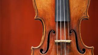 Талкаланган аспаптардын арасында эң кымбаты $450 миң турган италиялык скрипка болгон.