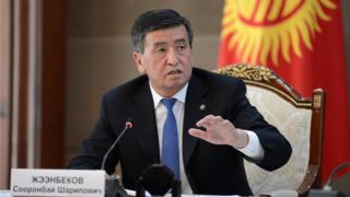 Соңку окуялар президент Жээнбековдун экс-президент Атамбаевдин таасиринен чыгып, өзүнчө саясий күчкө ээ болуп баратканын көрсөтүүдө деп жатышат.