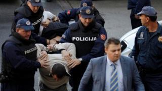 Полицейские с задержанными в Черногории