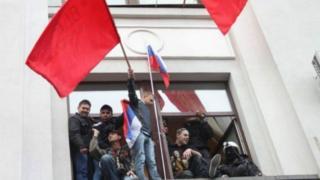 Прихильники ЛНР із прапорами СРСР і Росії