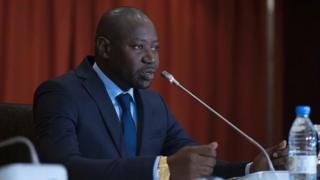 Le gouvernement gambien évoque un manque de laboratoire scientifique et d'un personnel qualifié pour mener des enquêtes aussi complexes.