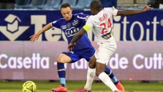 Mavuba, en blanc, face à Gael Danic de Bastia en février 2015, lors d'un match de Ligue 1