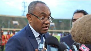 Le président de la CAF, lors d'une visite au Burkina Faso