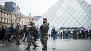 French soldiers outside Louvre 04.02.2017