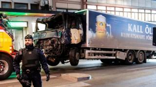 El camión que se estrello en el almacén Ahlens en Drottninggatan, Estocolmo