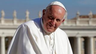 Papa Francis asaba abagatolika kugendera ubukirisu
