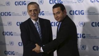 El titular de la Comisión Internacional contra la Impunidad en Guatemala (Cicig), Iván Velásquez (izquierda), le estrecha la mano al presidente de Guatemala, Jimmy Morales, el 28 de octubre de 2015 en Ciudad de Guatemala.