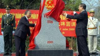 Ngoại trưởng Việt Nam, ông Phạm Gia Khiêm và Ủy viên Quốc Vụ Viện, ông Đới Bỉnh Quốc, khánh thành một cột mốc biên giới diễn ra ngày 23/2/2009 tại Hữu Nghị Quan, tỉnh Lạng Sơn. Trung Quốc và Việt Nam chính thức hoàn tất việc phân giới cắm mốc biên giới đất liền vốn có tranh chấp từ lâu đời, và đây là bước tiến trong mối quan hệ giữa hai nước láng giềng đã trải qua cuộc chiến khốc liệt năm 1979.