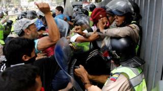 Waandamanaji wakabiliana na Polisi Venezuela