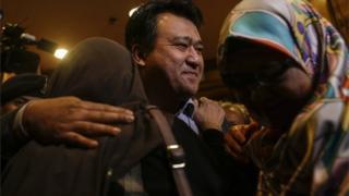 Sembilan warga negara Malaysia yang dilepaskan oleh Korea Utara termasuk konselor Malaysia untuk Korea Utara, Mohd Nor Azrin Md Zain (tengah).