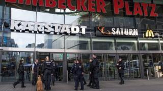 La police locale appuyée par des brigades canines a investi le bâtiment