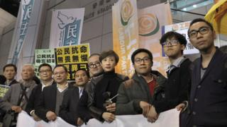 """接受预约逮捕的""""占中""""领袖在香港警察总部外会见媒体记者(27/3/2017)"""