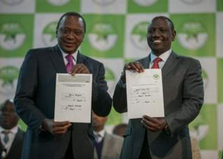 Uhuru Kenyatta (i buryo) na William Ruto bahawe inkaratatsi zuko batsindiye ibibanza vy'umukuru w'igihugu n'ic'icegera c'umukuru w'igihugu