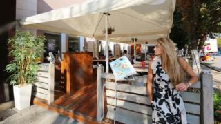 Соучредитель ресто-бара Look Ольга Медведева рядом с новой верандой заведения