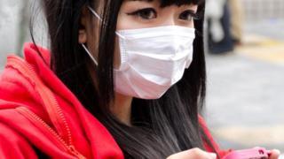 Девушка в санитарной маске