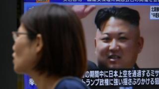 Mujer frente a Kim Jong-un
