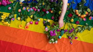 Радужный флаг с цветами