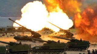 Tanques con cañones lanzan proyectiles en la costa de Corea del Norte.