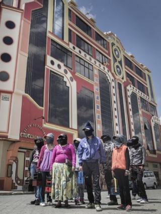 Lustrabotas frente a un edificio