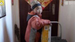 """""""หลี่น้อย"""" ทำงานส่งพัสดุในเมืองชิงเต่าทางตะวันออกของจีน"""