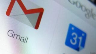 Logotipo de Gmail al lado de un logotipo azul con el número 31.