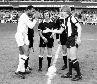 Cyrille Regis (izq.) y Len Cantello (der.) antes del saque del partido en 1979