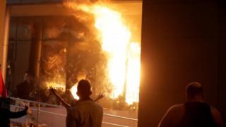 محتجون يضرمون النار في مبنى البرلمان في باراغواي