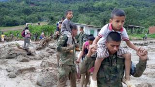 住民の救助にあたる兵士ら
