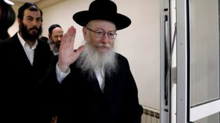 Israeli Health Minister Yakov Litzman waves to journalists after handing in his resignation during the weekly cabinet meeting in Jerusalem 26 November, 2017.