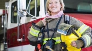 امرأة تعمل في مجال الإطفاء