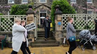 المحافظون ببريطانيا يفقدون الأغلبية ودعوة ماي للاستقالة