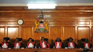 Le président Maraga entouré des six autres juges de la Cour suprême kenyane.
