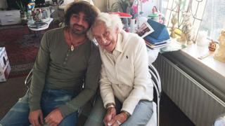 El estudiante universitario Sores Duman junto a Marty Weulink en la residencia en Deventer, Holanda