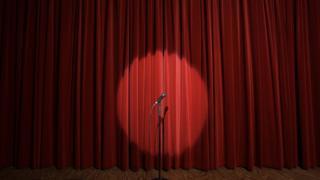 Micrófono en un escenario.