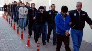 Загалом поліція прагне арештувати понад 3 тисячі людей - більшість із них досі шукають