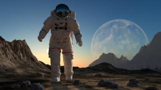رائد فضاء على سطح القمر