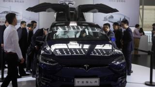 11月18日,中國廣州車展,消費者圍觀特斯拉Model X。